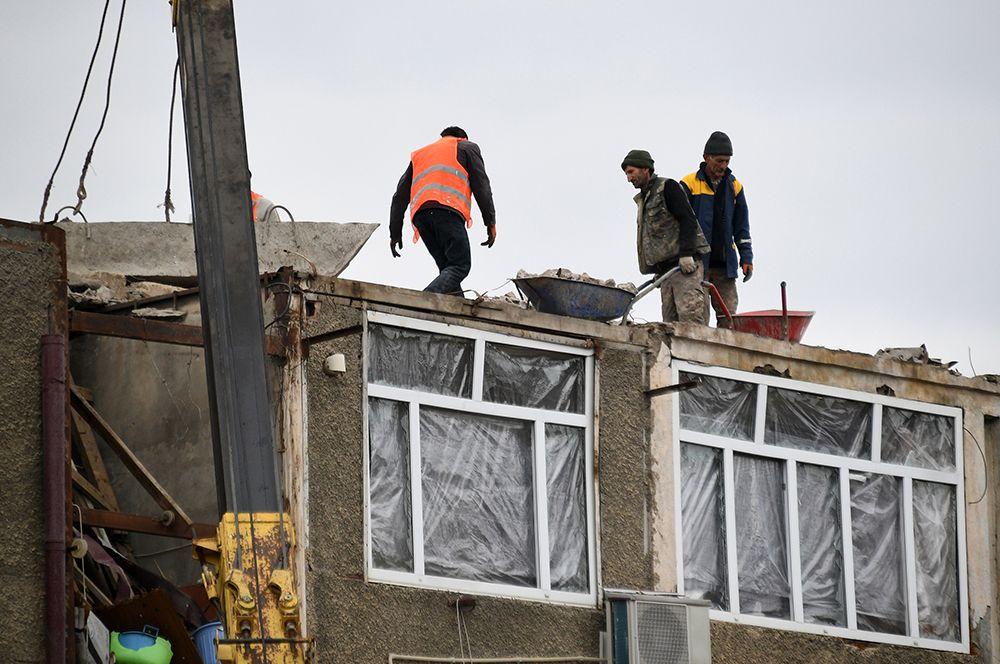 Работы по восстановлению жилого дома, пострадавшего от обстрела, в Степанакерте.
