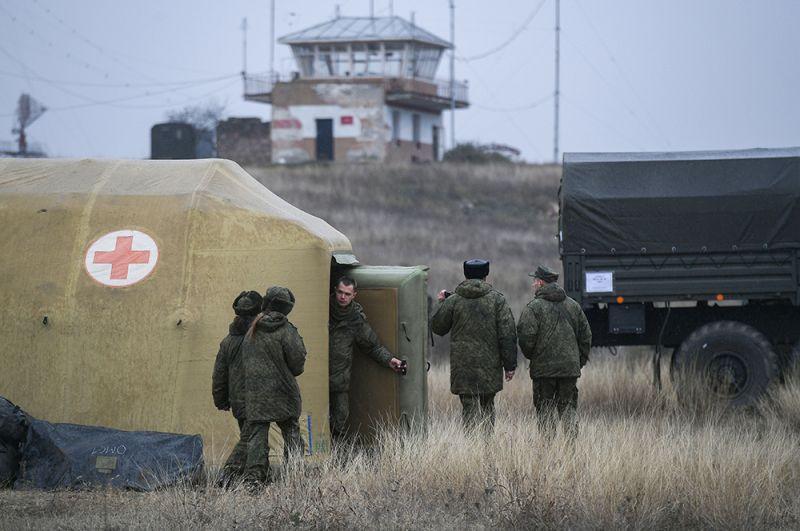 Российские военнослужащие на территории мобильного полевого госпиталя неподалеку от Степанакерта.