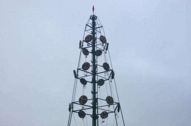 В Саратове установили новогодние композиции на Театральной площади