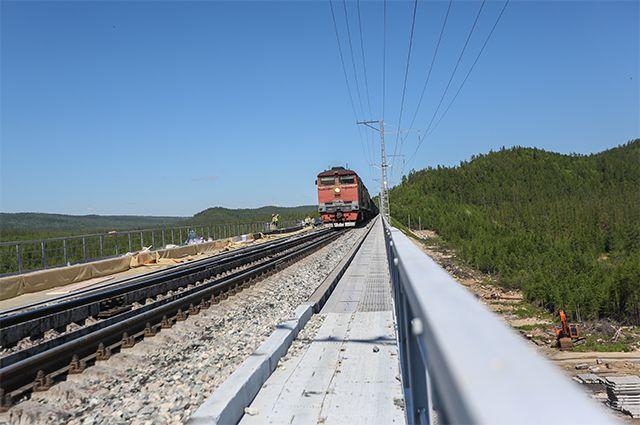 Поезд едет по реконструируемому в рамках строительства второй очереди Байкало-Амурской магистрали железнодорожному мосту через реку Кованту на перегоне Кутыкан-Кувыкта.