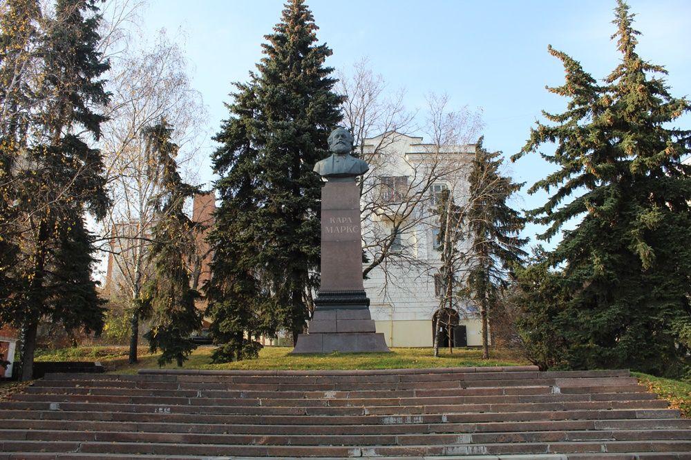 Памятник Карлу Марксу на улице Куйбышева.