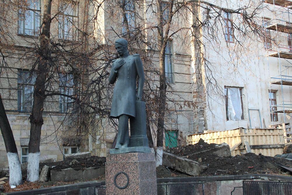 Памятник М.Ю. Лермонтову около остановки «Библиотека имени М.Ю. Лермонтова».