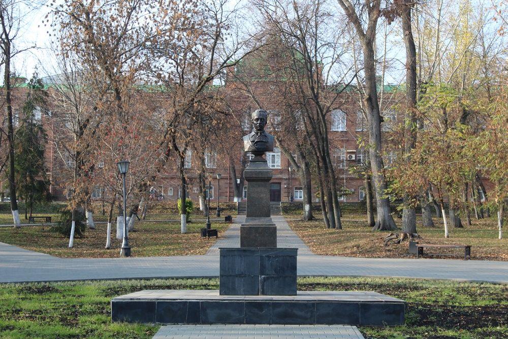 Бюст Лермонтова в сквере имени М.Ю. Лермонтова.