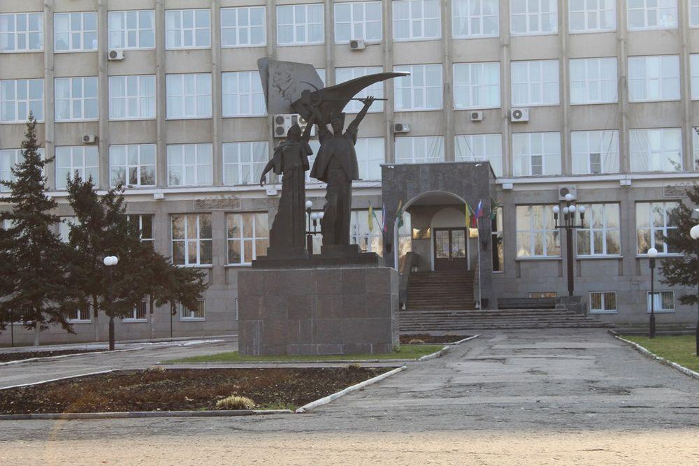 Монумент «Советская конституция» на площади Маршала Жукова.