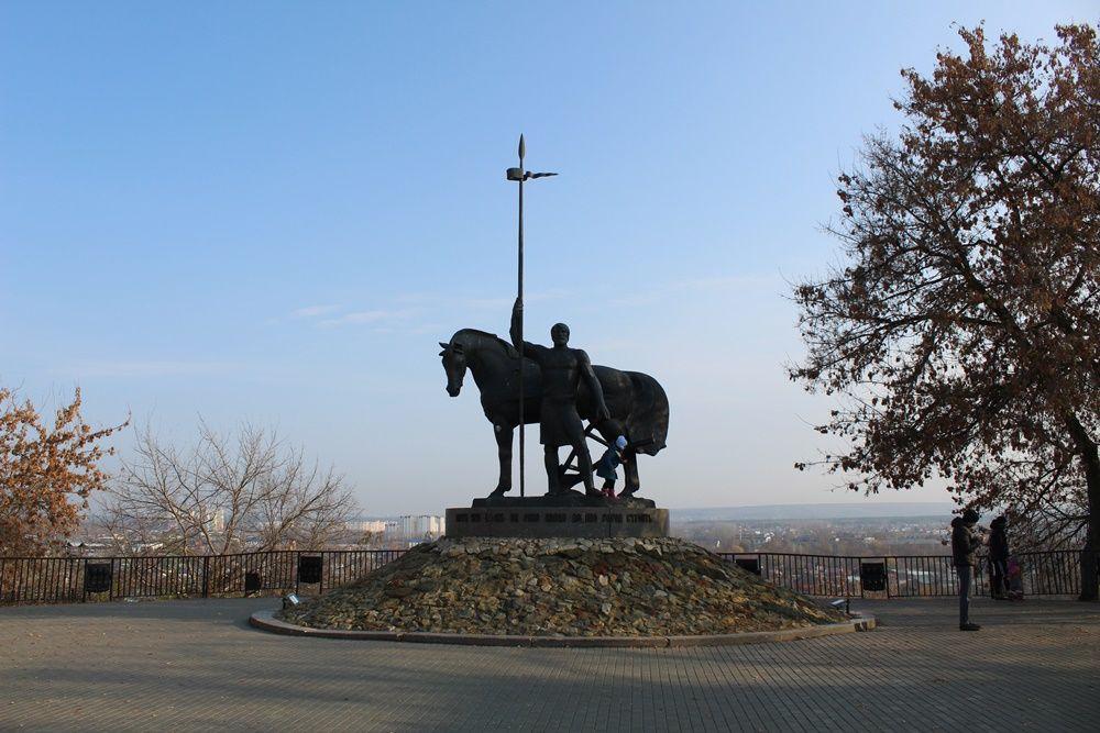 Памятник первопоселенцу около остановки «Библиотека имени Лермонтова».