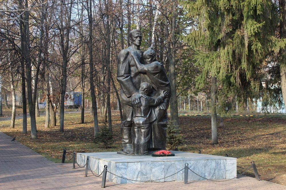 Памятник «Проводы» в сквере на перекрестке улиц Тамбовской и Куйбышева.