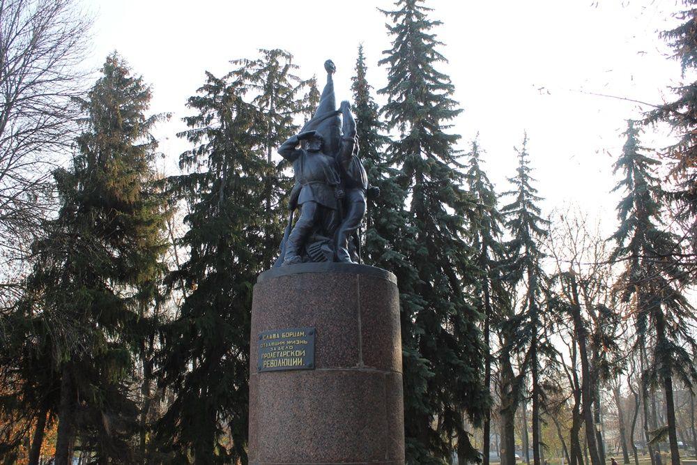 Памятник борцам революции на Соборной площади.