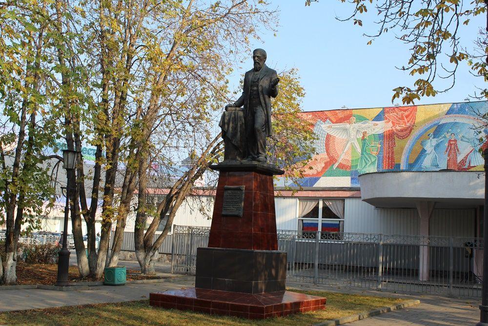 Памятник В.О. Ключевскому у цирка.