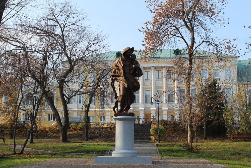 Памятник матери на Соборной площади.