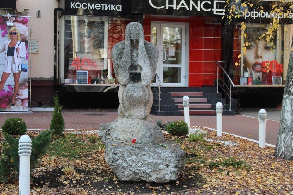 Памятник жертвам политических репрессий на улице Московской.