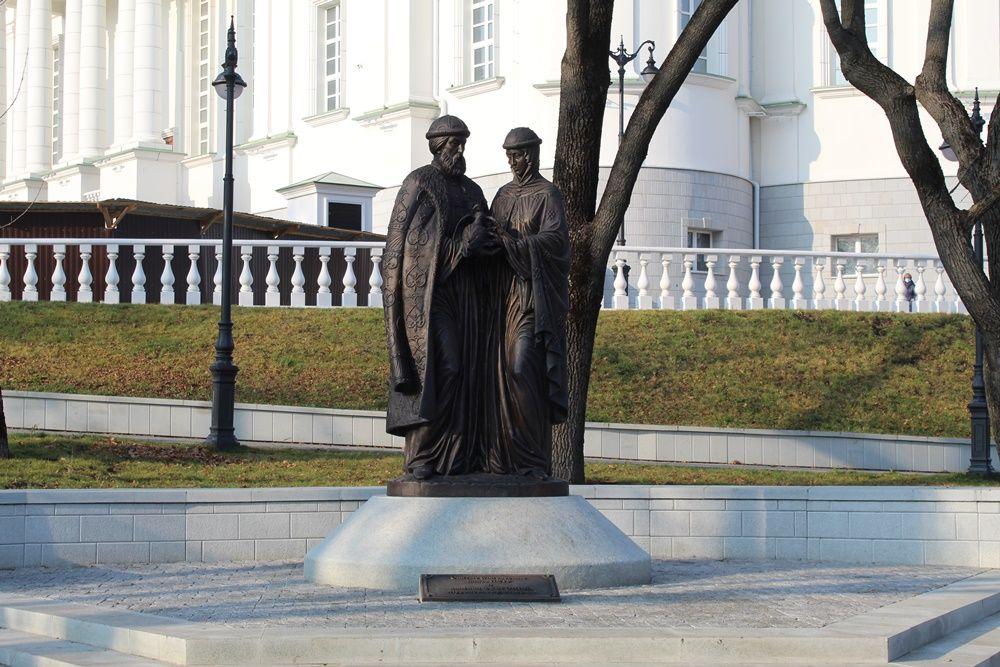 Памятник Петру и Февронии Муромским у Спасского собора.