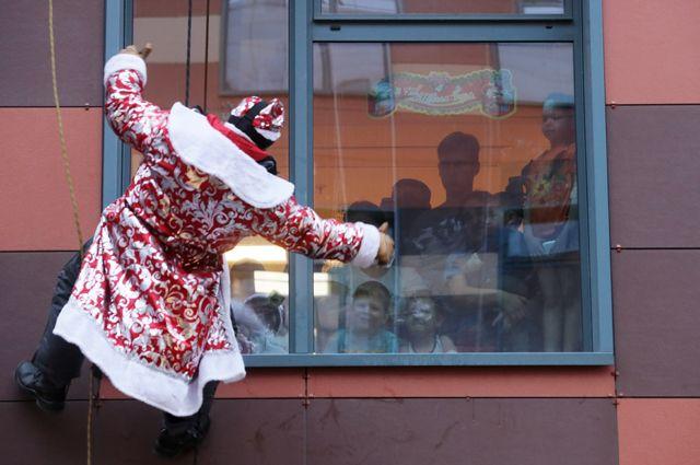 Самый безопасный формат встречи этого Нового года – когда Дед Мороз за окном.