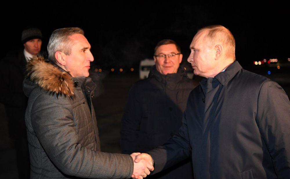 Владимир Путин прибыл в Тобольск. С губернатором Тюменской области Александром Моором (слева) и полномочным представителем Президента в Уральском федеральном округе Владимиром Якушевым.