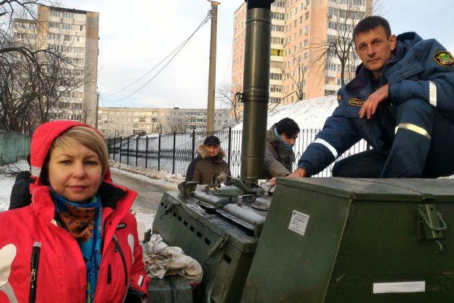 Волонтёры готовят новую закладку продуктов в полевую кухню.