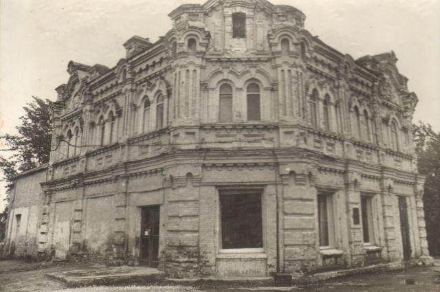 Музей располагается в доме купца Наркиза Ермолаева, построенном в 1909 году.