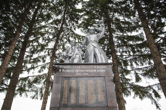 К 75-летию Победы в селе Елбаши Искитимского района отреставрирован монумент воинам, павшим за Родину в Великой Отечественной войне.