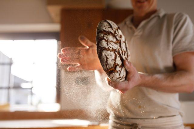 Всего четыре ингредиента: мука, вода, соль и закваска.