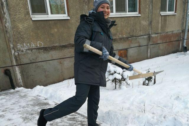 Корреспондент «АиФ-Казань» на один день примерила форму дворника и отправилась чистить дворы