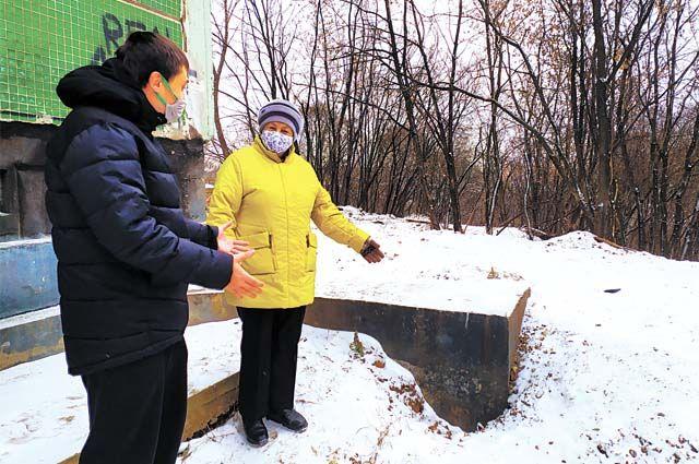 Жильцы дома Эдуард Катаев и Зинаида Никитина недоумевают, почему городские власти не исполняют решение суда и не укрепляют склон.