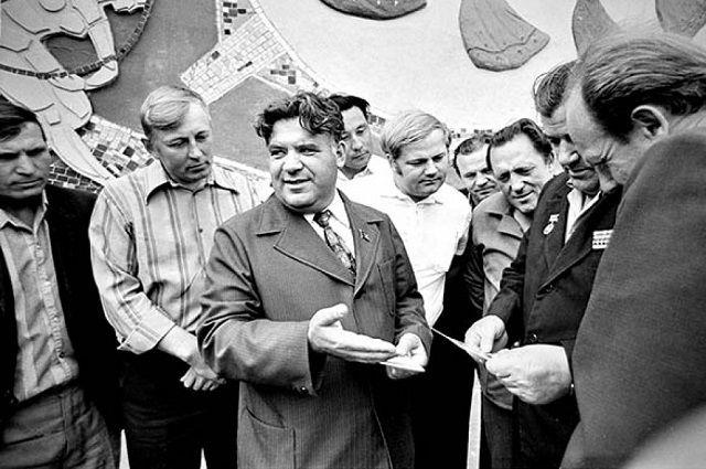 Бывали времена, когда глава республики Динмухамед Кунаев просил у председателя колхоза Якова Геринга помочь валютой.