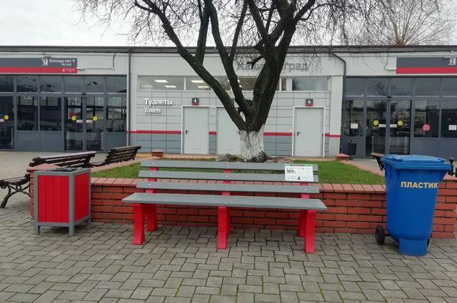 На Северном вокзале установили скамейку из переработанного пластика