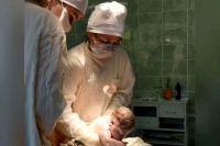 Зарема Аслановна принимает роды в операционной.