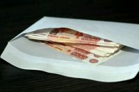 Конверт с деньгами женщина скинула из окна квартиры.