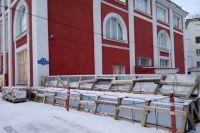 В ноябре начались работы по замене кровли в здании художественного музея. А для ремонта фасада краеведческого  потребовалось соорудить «теплушки».