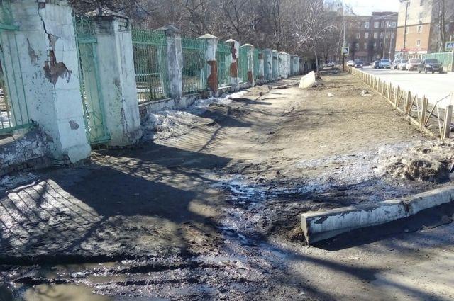 По словам градоначальника, основная причина загрязненности дорог — маленькое количество снега.