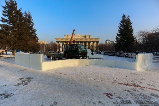 Прославившийся на всю Россию каток фаллической формы перед Оперным театром начали возводить в Новосибирске.