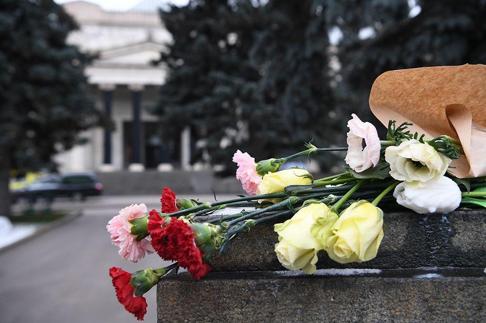 Цветы у здания Государственного музея изобразительных искусств имени Пушкина (ГМИИ), где проходило прощание с Ириной Антоновой.