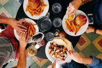 Ешьте осознанно — не нужно хвататься за продукты только потому, что друзья решили посидеть в кафе.