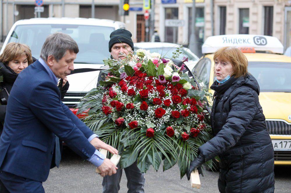 Цветы у здания Пушкинского музея в память об Ирине Антоновой.