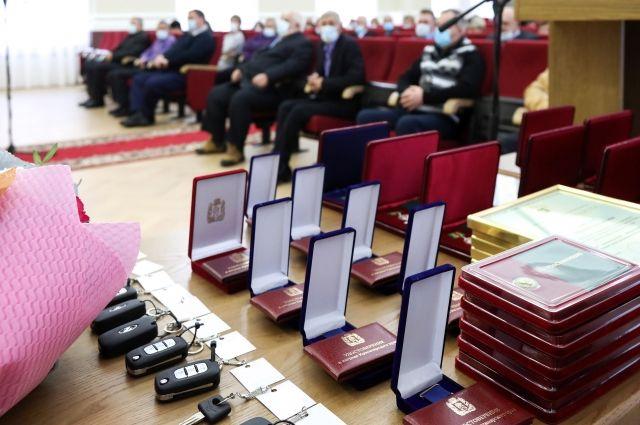 Вручены краевые и федеральные награды, благодарственные письма и ключи от авто.
