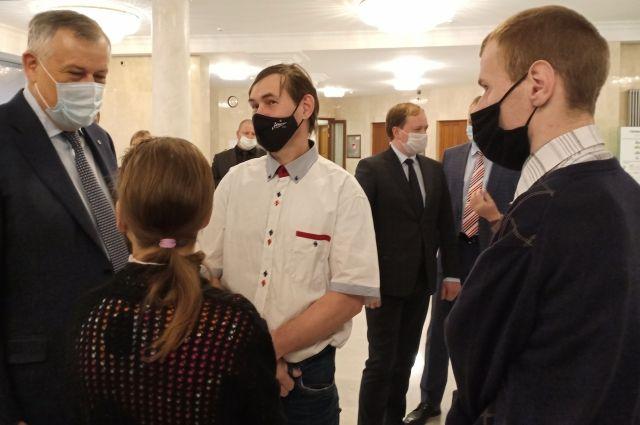 Губернатор Ленобласти Александр Дрозденко обсуждает с авторами работ новые идеи.