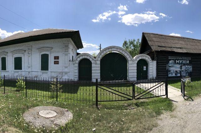 В музее купеческой усадьбы немало тайников, а также полное собрание экспонатов истории развития рудника и Абазы.