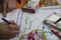 Малыши с радостью пишут письма Деду Морозу.