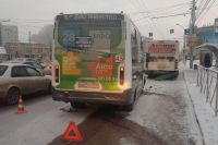 Женщина пострадала в ДТП маршрутки и автобуса в Центральном районе Новосибирска.