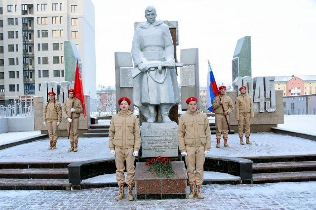 Учащиеся школы №1 имени Созонова возложили цветы к мемориалу