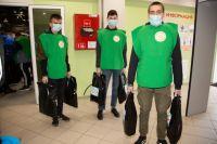 Волонтеры во время пандемии доставляют лекарства и продукты