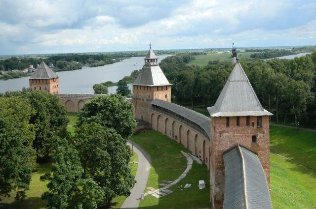 Новгородский Кремль стоит на левом берегу реки Волхов.