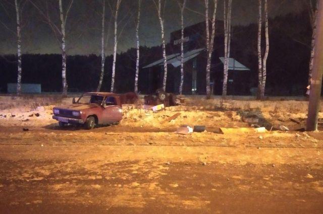 В Ижевске машину разорвало на части после удара о столб