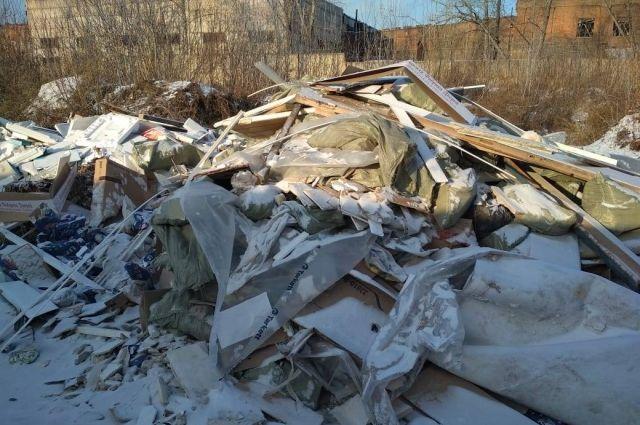 Несанкционированная свалка находится в самом центре Кировского района.