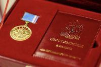 Дмитрий Артюхов вручил медаль «За верность Ямалу» активистке из Ноябрьска