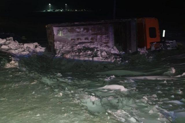 В Пуровском районе перевернулся грузовик Mercedes