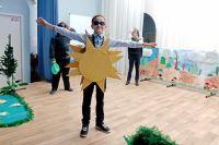 Декорации и костюмы для спектакля дети мастерили вместе с родителями.