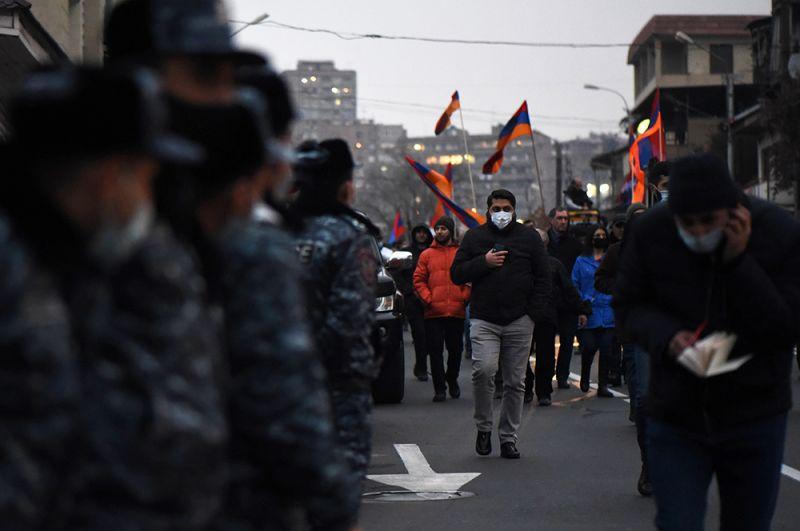 Участники митинга оппозиции с требованием отставки премьер-министра Армении Никола Пашиняна на площади Свободы в Ереване.