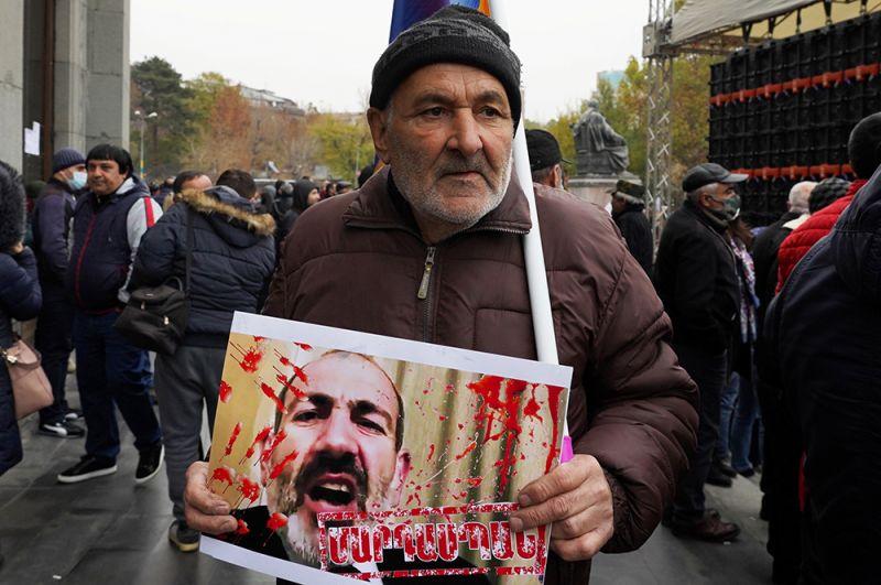 Участник митинга оппозиции с требованием отставки премьер-министра Армении Никола Пашиняна на площади Свободы в Ереване.