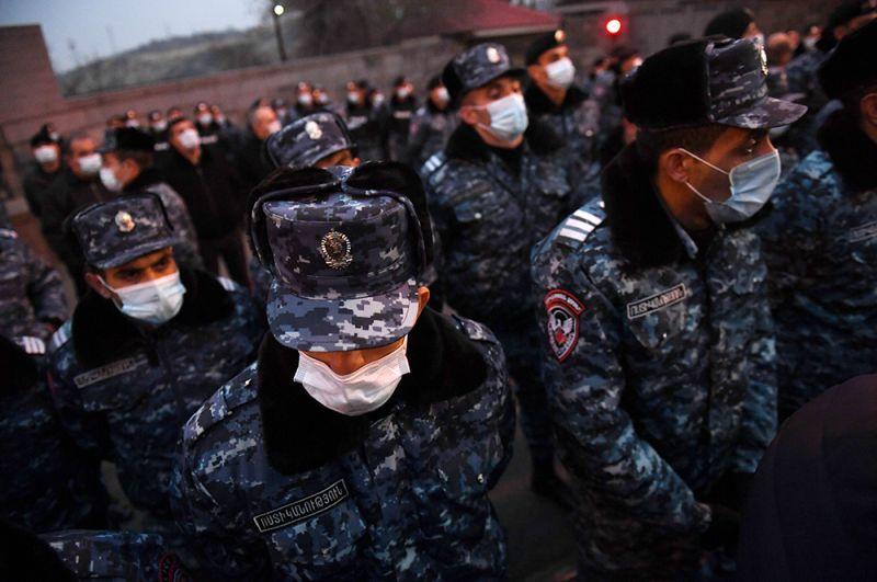 Полиция на митинге оппозиции на площади Свободы в Ереване.