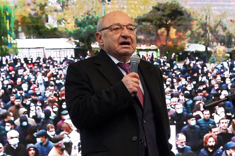 Кандидат оппозиции на пост премьер-министра переходного правительства, экс-премьер Вазген Манукян на митинге оппозиции.